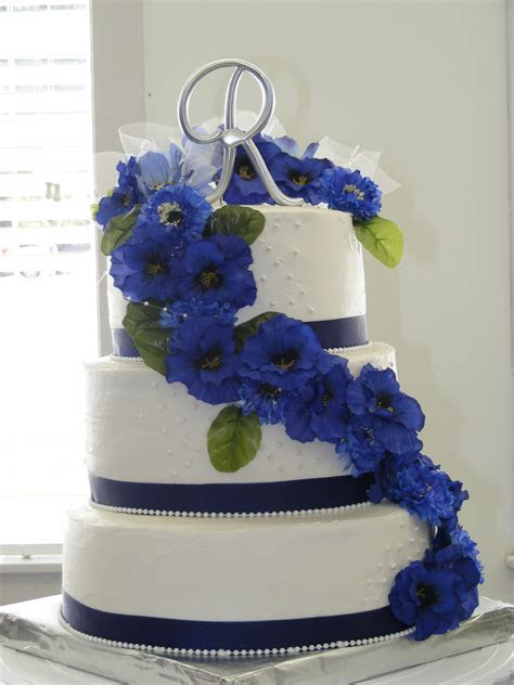 White wedding cake with Blue flowers and fountain   Gâteau