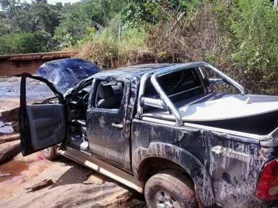 Veículo ficou bastante amassado após acidente em ponte (Foto: Divulgação)
