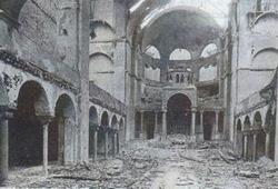 """Interno della sinagoga della Fasanerstrasse, a Berlino, devastata nella """"notte dei cristalli"""""""