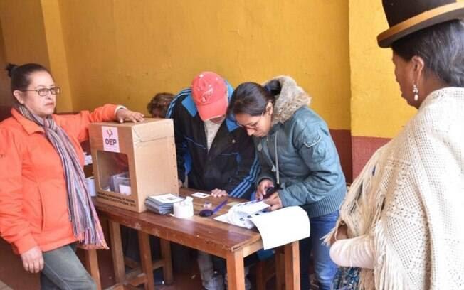 Bolivianos votam no referendo na capital do país andino, La Paz: disputa bastante equilibrada