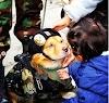 Un perrito perfectamente uniformado se roba el show en un solemne desfile militar