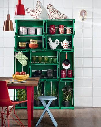 Equilibrados na vertical e na horizontal, os caixotes formam a estante da cozinha. Para garantir a estabilidade, eles devem ser parafusados uns nos outros e, depois, chumbados na parede (Foto: Casa e Jardim)
