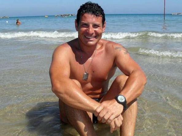 Il maresciallo dell'Aeronautica militare Gianluca Danise sorridente nel 2010 in spiaggia prima di ammalarsi