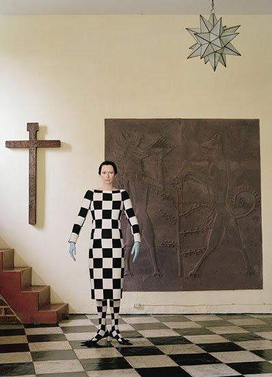 La imagen tiene que ver con el concepto oculto de la dualidad - que está representado por el tablero de ajedrez de pisos ceremonias masónicas.  El patrón se encuentra en el suelo en la imagen y Tilda es, literalmente, completamente envuelto en ella.  La configuración también incluye objetos religiosos - símbolos que dan el vestuario del Tilda un significado etéreo.