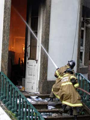 Bombeiros trabalham no incêndio em campus da UFRJ (Foto: Tasso Marcelo/AE)
