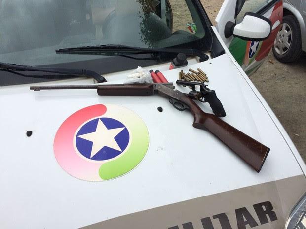 Armas foram encontradas dentro da casa onde ocorreu o crime em Joinville (Foto: Douglas Rodrigo/Divulgação)