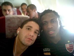 Diego Maurício e Thiago Neves no avião do Flamengo (Foto: Reprodução / Twitter)