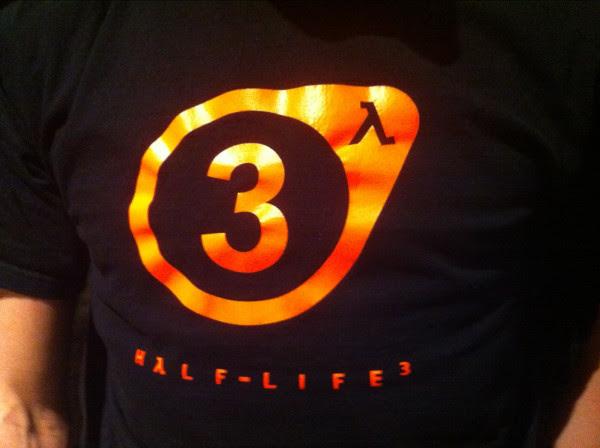 343836 Half life 3 Funcionário da Valve circula com camiseta de Half Life 3