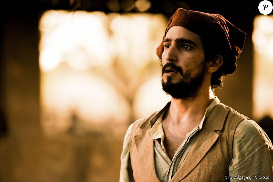 Santo (Renato Góes) escapa de ser assassinado por Cícero (Pablo Morais) quando seu pai, Belmiro (Chico Diaz), entra na sua frente, na novela 'Velho Chico'