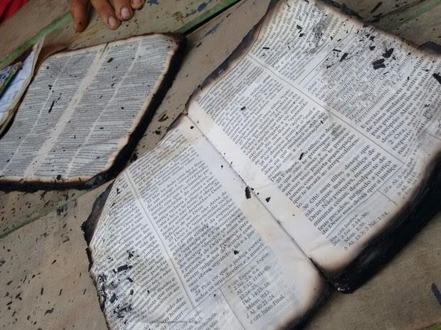 Biblias tiveram apenas as bordas queimadas (Foto: João Carlos Brasil/Tv Tapajós)