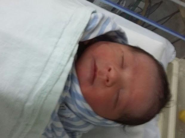 Bebê é resgatado dentro de sacola plástica após nascimento, em Goiânia, Goiás (Foto: Divulgação/Corpo de Bombeiros)