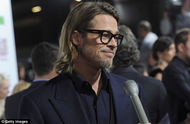 Parceiro orgulhoso: Olhando inteligente em óculos de aros pretos, Brad parecia feliz e relaxado como ele participou de entrevistas no tapete vermelho em apoio de Angelina