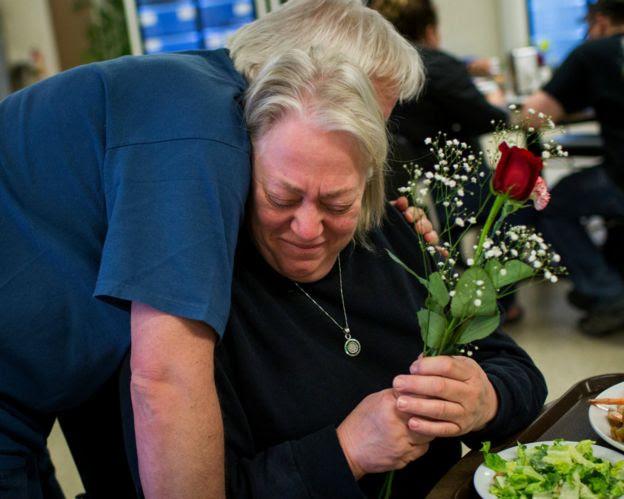一名協助撤離麥克默裏堡災民的大巴女司機在旺德靈河臨時安置點接過志願者送上的母親節花束後痛哭(8/5/2016)