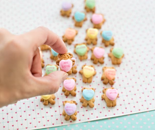 TEDDY BEAR GRAHAM COOKIES HOLDING CONVERSATION HEARTS