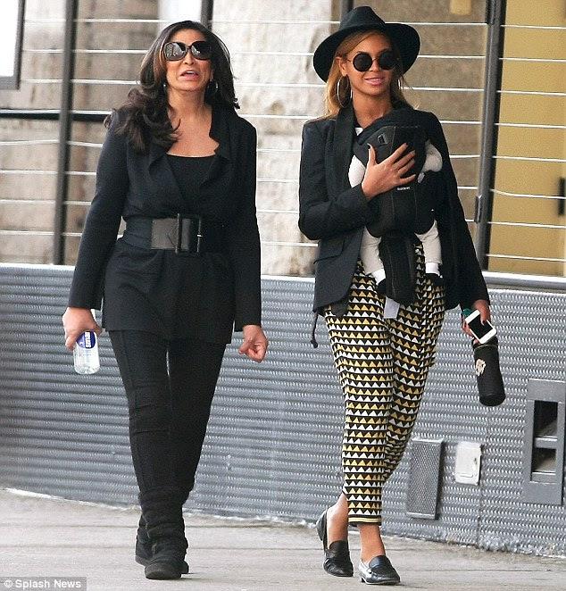 Üç kuşak: Beyonce, annesi Tina ve kız bebek Mavi Ivy TriBeCa dolaşırken