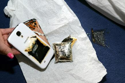 Samsung Galaxy S4 'catches fire' while charging