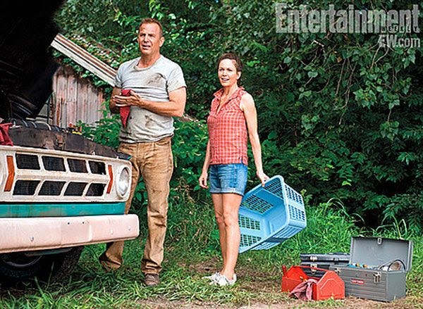 Jonathan Kent (Kevin Costner) and Martha Kent (Diane Lane) raise a young Clark Kent in Smallville, in MAN OF STEEL.
