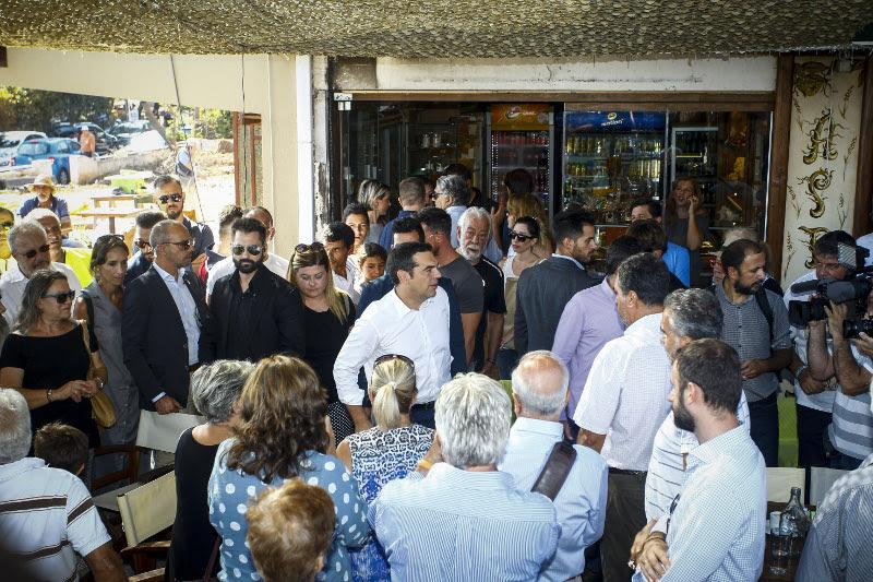 Ο Αλέξης Τσίπρας συνομιλεί με κατοίκους στο Μάτι- φωτογραφία eurokinissi