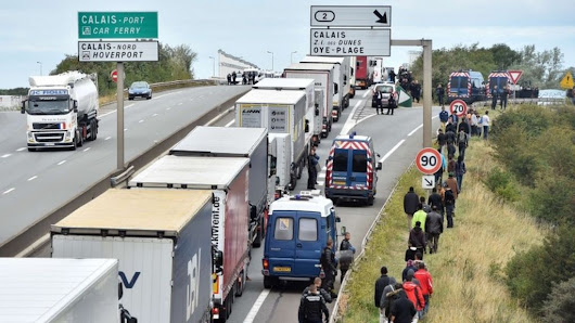 Calais migrant crisis: Man 'crushed in lorry' - BBC News