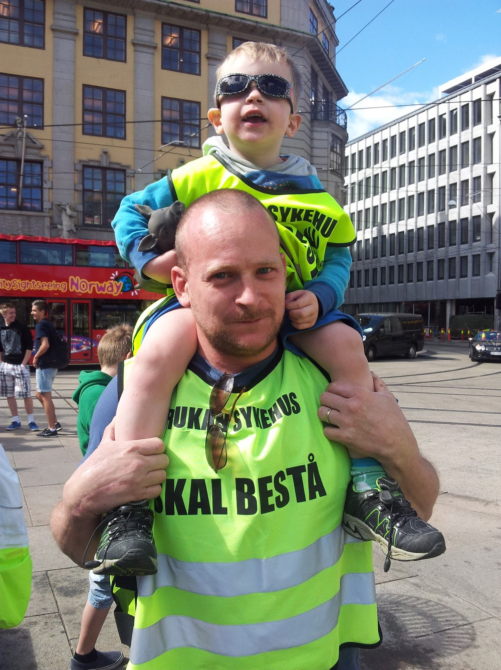 Sykehusdemonstrasjon i Oslo - Bjørn Sebrekke Solvang har med seg sønnen sin, tre år gamle Ådne. - Foto: Maria Alette Abdli / NRK