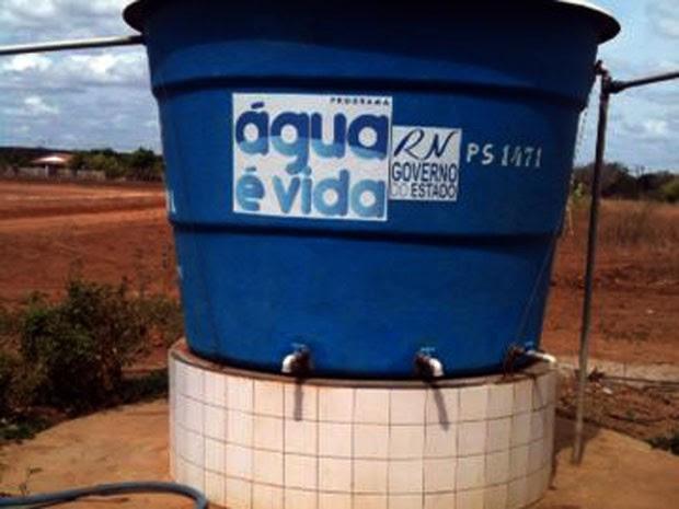 Poço foi aberto em Mossoró em 2012, mas só tem água salobra (Foto: Carlos Adams/G1)