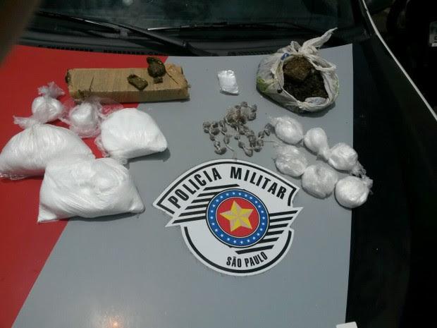 Policiais encontraram drogas em terreno da obra (Foto: Polícia Militar/Divulgação)