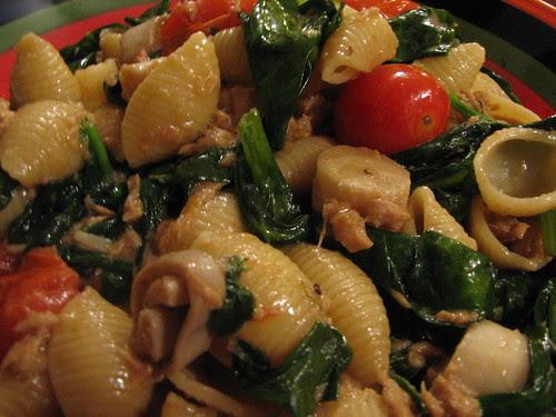 Pasta shells w/Italian tuna, spinach, tomato & hearts of palm