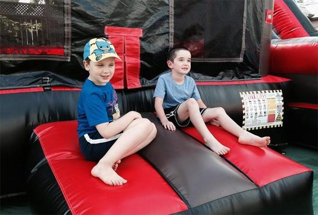 Timothy posa ao lado do amigo Carter durante a sua festa de aniversário (Foto: Reprodução)