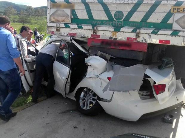 Acidente deixou duas pessoas feridas na BR-232, segundo PRF (Foto: Pedro Jefferson/TV Asa Branca)