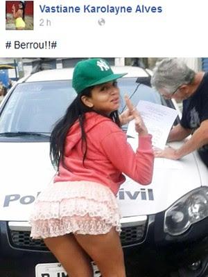 Jovem posou para fotos sensuais enquanto era intimada pela polícia (Foto: Reprodução/Facebook)