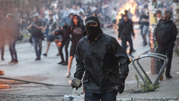 G20 Ausschreitungen Schwarzer Block (picture-alliance/Zuma/O. Messinger)