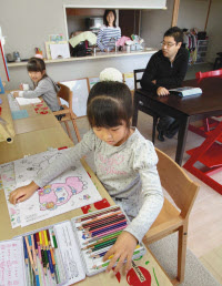 リビングに学習机を置く松田さん宅(千葉県浦安市)