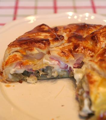 Torta salata con carciofi, prosciutto e fontina