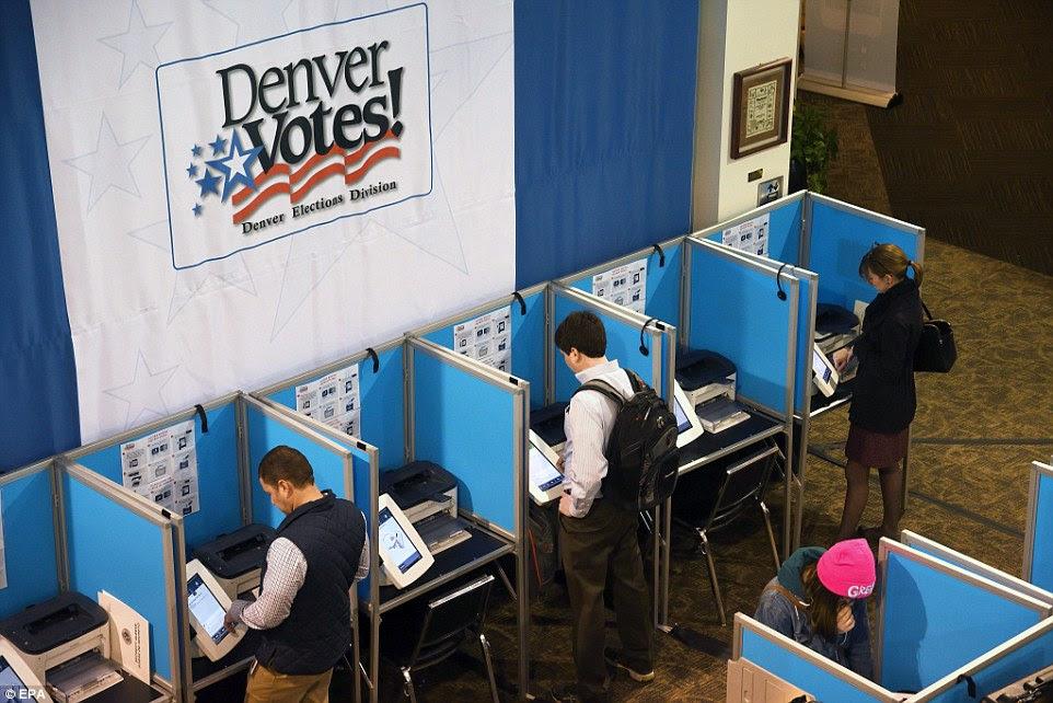 eleitores Rock Mountain: Os residentes locais votar em um local de votação para a eleição presidencial 2016 dos EUA em Denver, Colorado