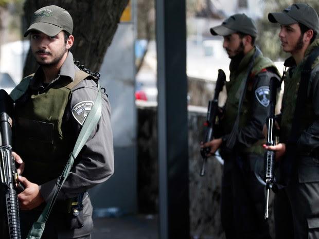 Policiais israelenses patrulham ponto de ônibus em Jerusalém (Foto: Thomas Coex/AFP)