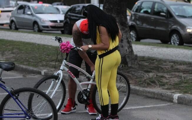 Ela mostrou não ter afinidade com a bike