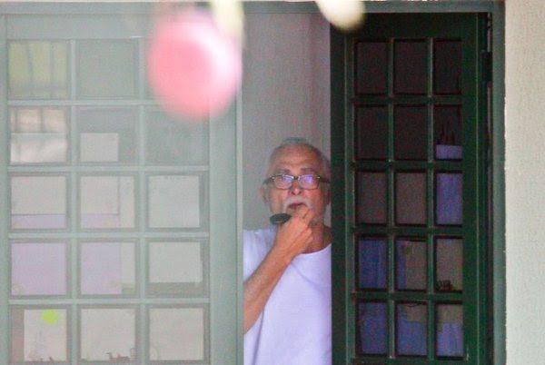 Arquivo: Ex-deputado José Genoíno, condenado e preso no processo do mensalão, é visto na casa alugada onde cumpria prisão domiciliar provisória em janeiro deste ano (Pedro Ladeira/Folhapress)