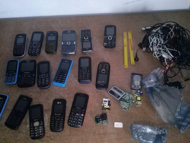 Aparelhos celulares foram achados dentro de bolsa, já no pátio (Foto: Agepens/ Divulgação)