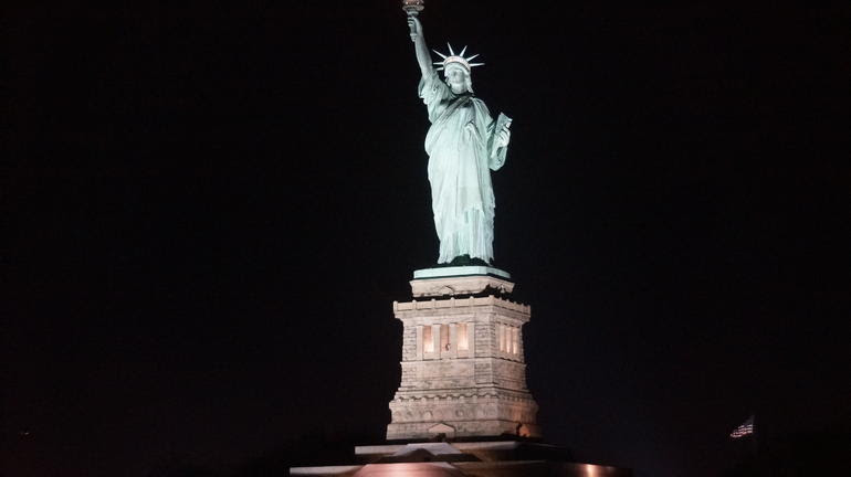 The Statue of Liberty by night - Nueva York