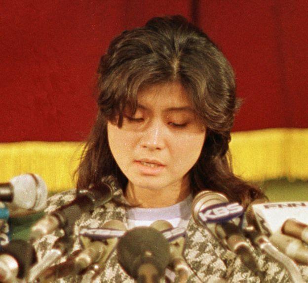 Bà Kim Hyon-hui, nữ điệp viên Bắc Hàn làm nổ tung máy bay Nam Hàn năm 1987, thú tội trong một cuộc họp báo ở Seoul, Nam Hàn tháng 1/1988.