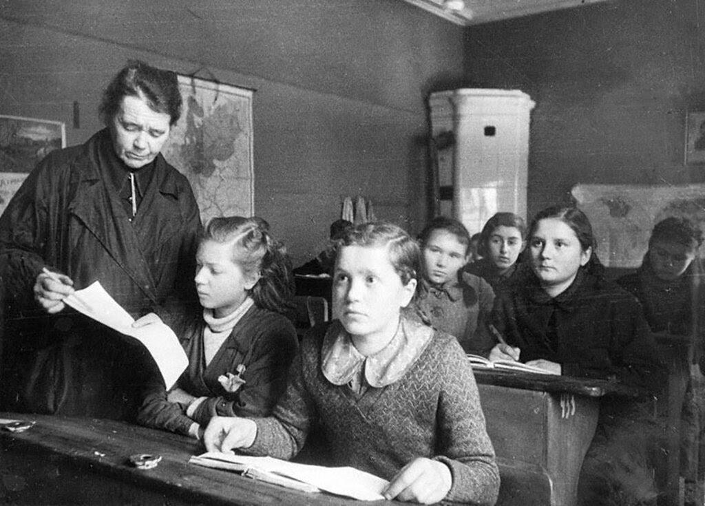 Учительница Е.М. Демина ведет урок в 7-м классе средней школы № 10 Свердловского района Ленинграда. На первом плане – ученицы Оля Руран и Зоя Чубаркова.