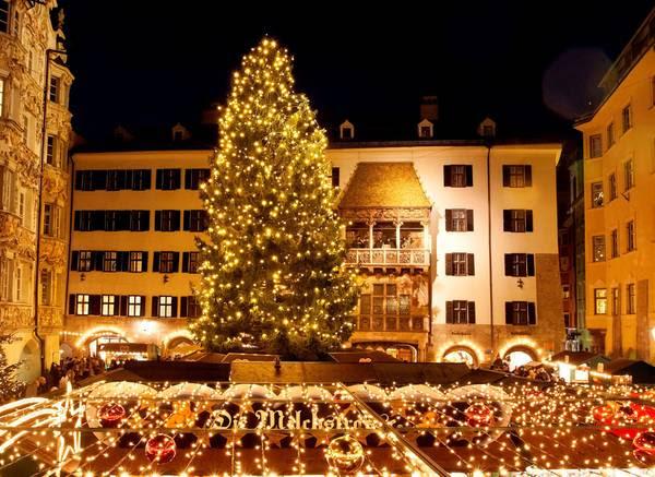 : splendente albero di Natale nel centro di Innsbruck