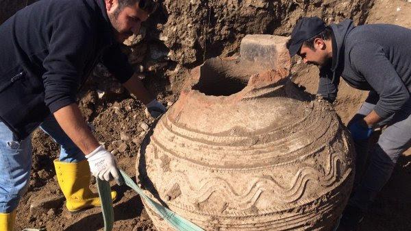 Tarlasını sürerken Roma döneminden kalma erzak küpü buldu