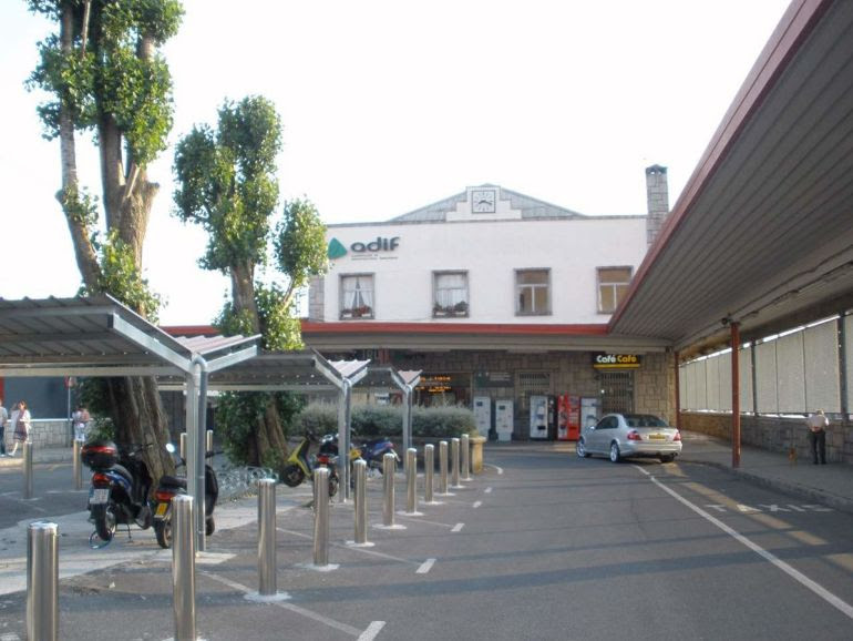 Entrada a la estación de cercanías, en cuyo parking, situado a la derecha, se construirá parte de la futura estación de autobuses de Irun.