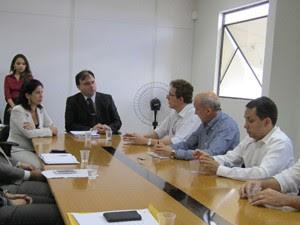 Secretário de Saúde do Estado, Waldson de Souza, assinou TAC em Campina Grande na quarta-feira (Foto: Divulgação/MP-PB)
