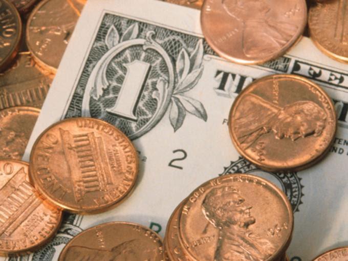 La menor cotización a la compra del dólar en el AICM es de 12.00 pesos. Foto: Photos.com