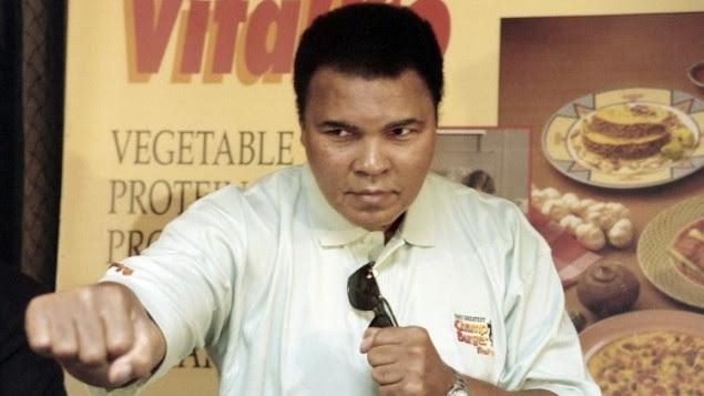 Photo d'archives prise le 21 octobre 1996 montre le boxeur Mohamed Ali lors d'une conférence de presse à Jakarta. (Crédit : AFP / JOHN MACDOUGALL)