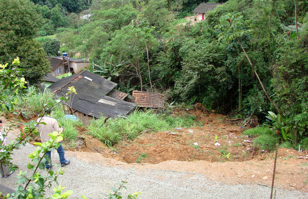 Deslizamento de terra atingiu uma casa em Jaraguá do Sul; ninguém ficou ferido (Foto: Tanuí Tavares Filho/PMJS)
