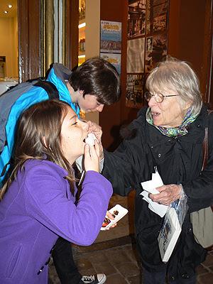 lala, paul et Zoé mangent des fraises.jpg