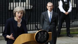 Theresa May a Downing Street, amb el seu marit, Philip, al fons (Reuters)